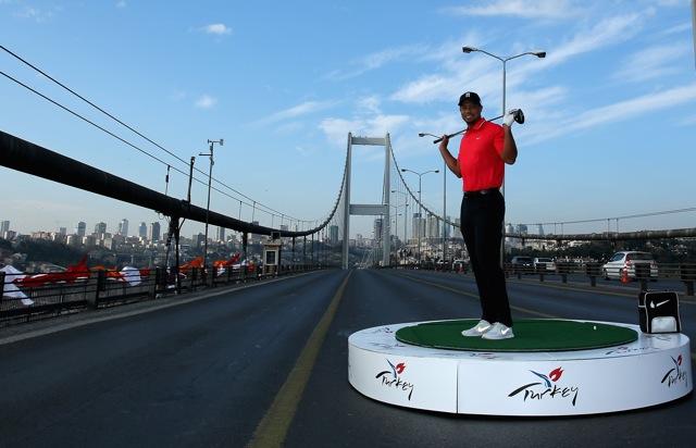 Tiger Woods – historischer Drive von Asien nach Europa in Istanbul