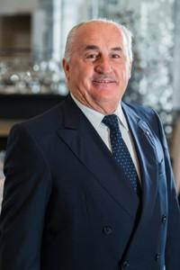 """Hoteliers-Legende Angelo Martinelli feiert sein """"goldenes"""" Jubiläum im Badrutt's Palace Hotel. Foto: Badrutt's Palace Hotel Archive"""