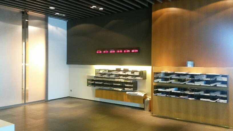 eingangsbereich-und-zeitungsregale-im-first-class-terminal-fra