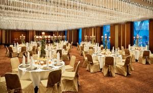 Jumeirah_Frankfurt_-_Crystal_Ballroom_Dinner_Setup_Shades_Open