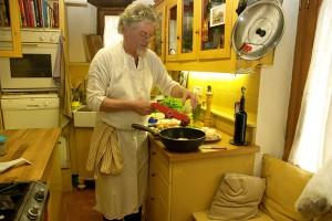 Chefkoch Mattisse am Herd einer toskanischen Villa… Die Gäste freuen sich auf die leckeren Gerichte.