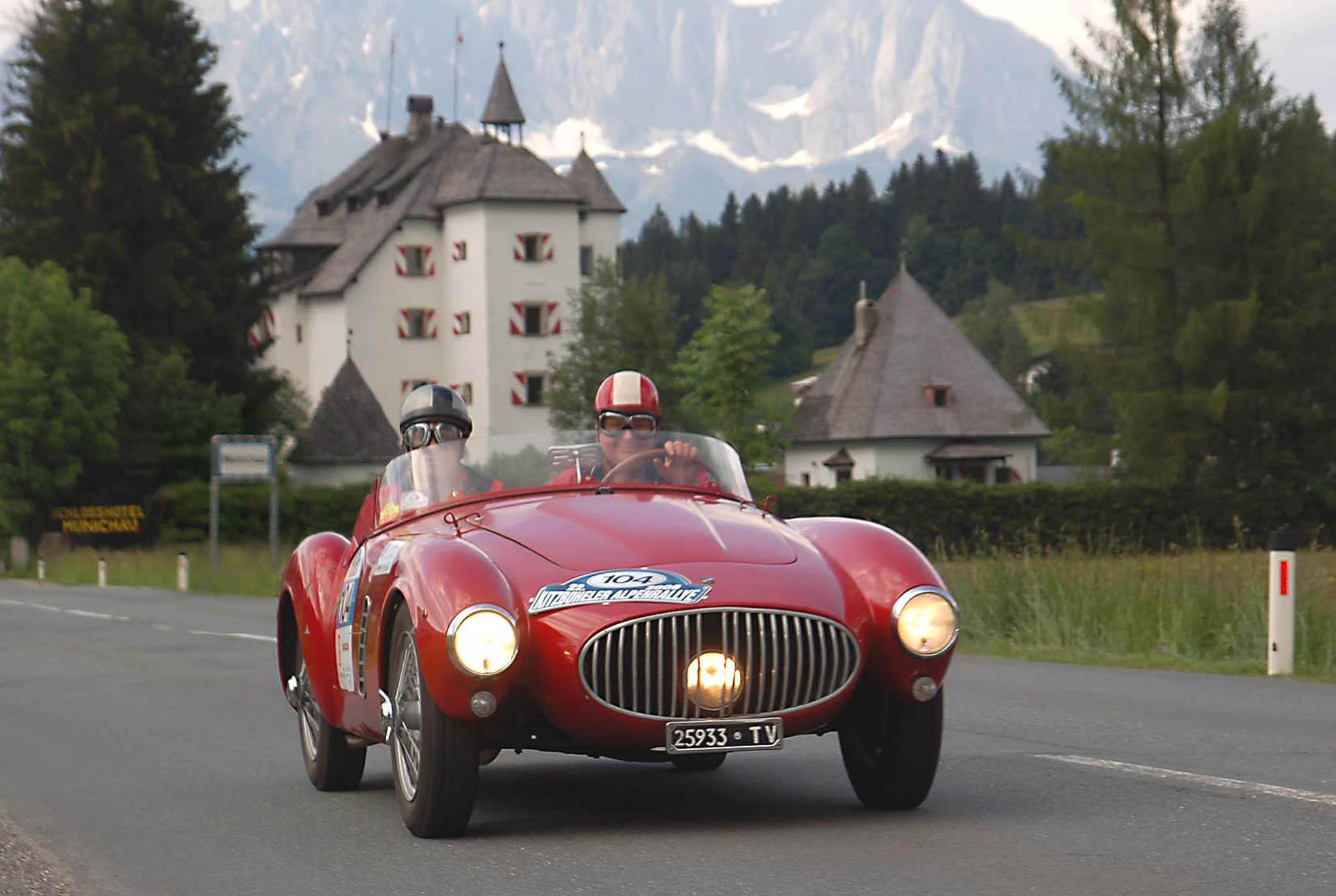 Die schönsten Autoklassiker vergangener Zeiten auf den schönsten Bergstraßen der Alpen. Das ist seit 25 Jahren die Kitzbüheler Alpenrallye.